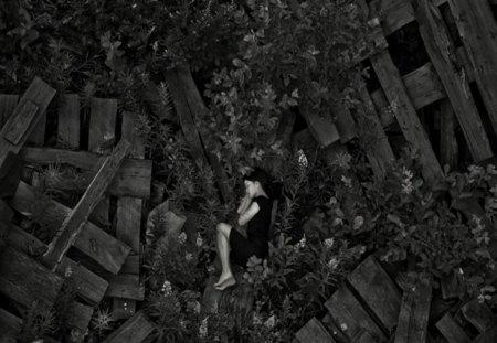 I Wonder... - think, miss, black and white, beautiful, feel, girl, alone, sad, love