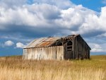 abandoned barn in the plains