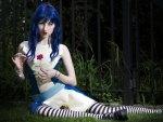 Bellissima ragazza dai capelli blu, con fiore rosso