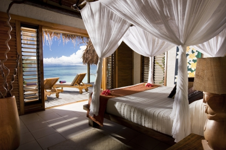 Four poster bed overlooking beach beaches nature for Salle de bain komodo