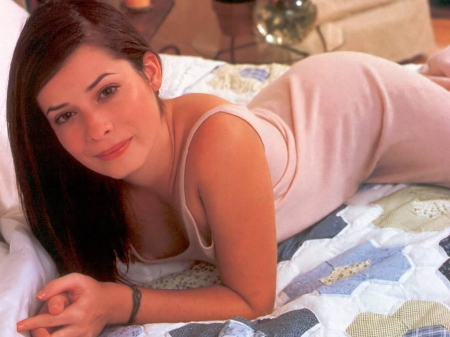 time to relax - female, CHARMing, actress, Holly Marie Combs, bed