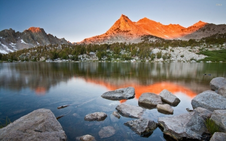 Mountains lit by the sun on the lake - image, sun, rock, sunset, mountain, nice, scenario, mountainscape, sky, trees, water, cool, awesome, ainscape, landscape, scenic, panoramic view, beautiful, cold, picture, reflect, 2560x1600, photography, stone, sun rays, hot, mirror, scenery, light, photo, amazing, reflex, lakescape, view, colors, plants, nature, reflections, scene