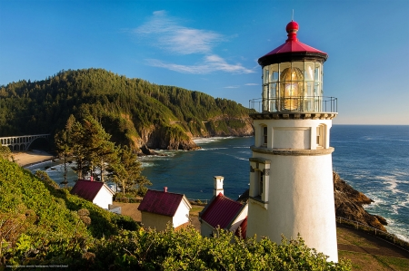 Oregon Lighthouse - oregon, mountains, houses, sky, lighthouse, coast