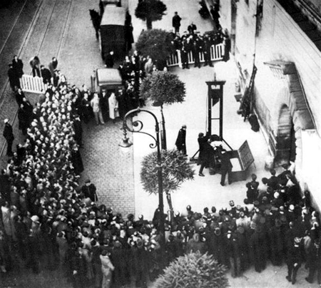 France in 1939 - death, abolition, paris, black and white, politic, very sad, photography, people, versailles, 1939, sadness, black, politique skz, not cool, france, sad, guillotine