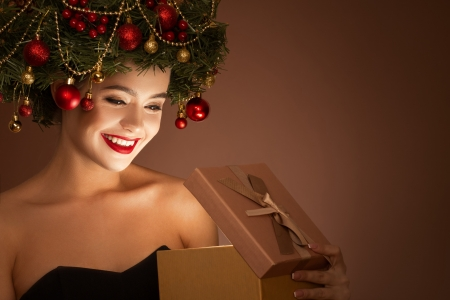 ♥ - craciun, girl, model, box, smile, gift, woman, chrismtas, wreath