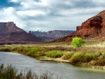 A spring morning chasing the Colorado River down to Moab, Utah