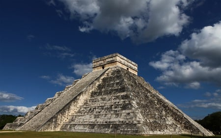 The Kukulkan Pyramid in Chichen Itza - ancient, pyramid, mayan, mexico, architecture