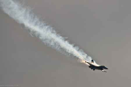 F-16 Descent - fighter, air show, jet, smoke, f-16